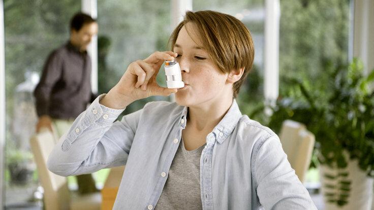 Ein Asthma-Patient benutzt seinen Inhalator