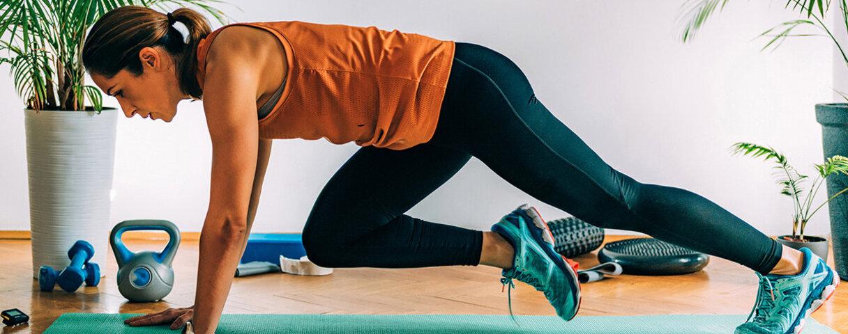 Eine Frau macht Zuhause die Übung Mountain Climber – so gelingt das Cardio Training.