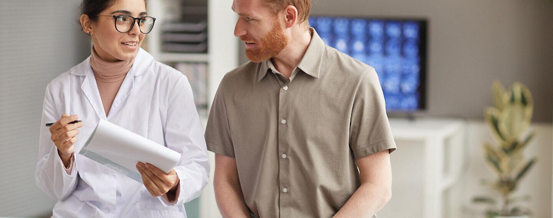 Patient beim Aufklärungsgespräch für eine Darmspiegelung.