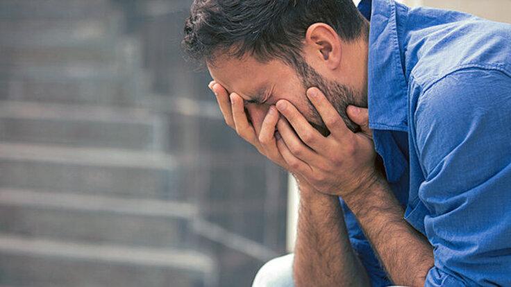 Mann erleidet eine für die Krankheit Trigeminusneuralgie typische Schmerzattacke.