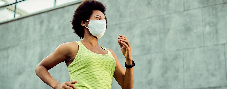 Frau läuft mit Maske, beeinträchtigt das ihre Leistung?