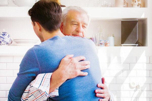 Vater hat seinem Sohn vergeben und umarmt ihn innig.