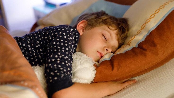 Junge schläft.