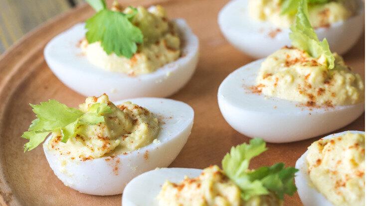 Gefüllte Eier auf einem Teller angerichtet sind ein toller Low-Carb-Snack.