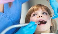 Ein Mädchen bei der zahnärztlichen Vorsorgeuntersuchung.