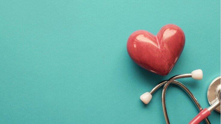 Ein Herz mit einem Stethoskop