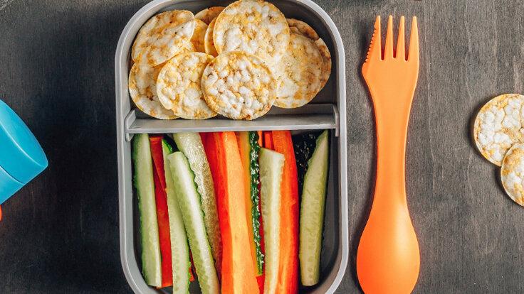 Reiswaffeln und Karotten in einer Lunchbox - so geht glutenfrei.