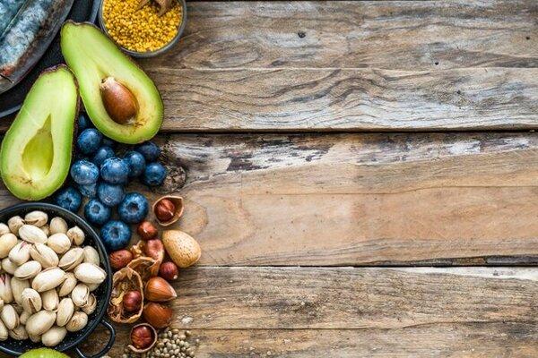 Schalen und Teller mit Nüssen, Obst, Fleisch und Fisch