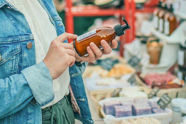 Eine Frau entscheidet sich im Geschäft für nachhaltige Seife.