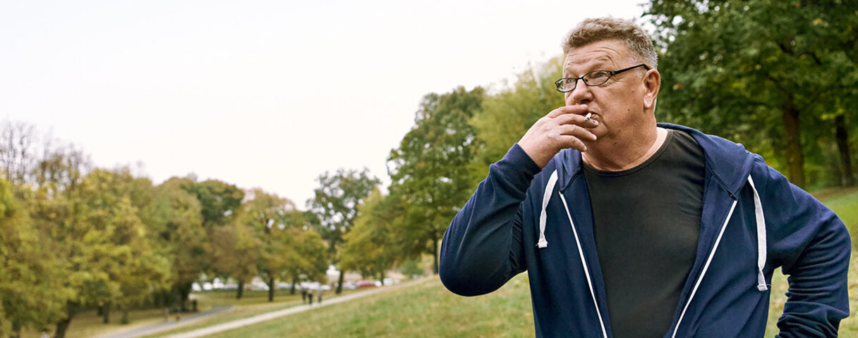 Mann versucht sich vergeblich an der Rauchentwöhnung und raucht eine Zigarette