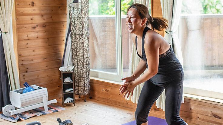 Eine Frau macht ein Zumba Work-Out