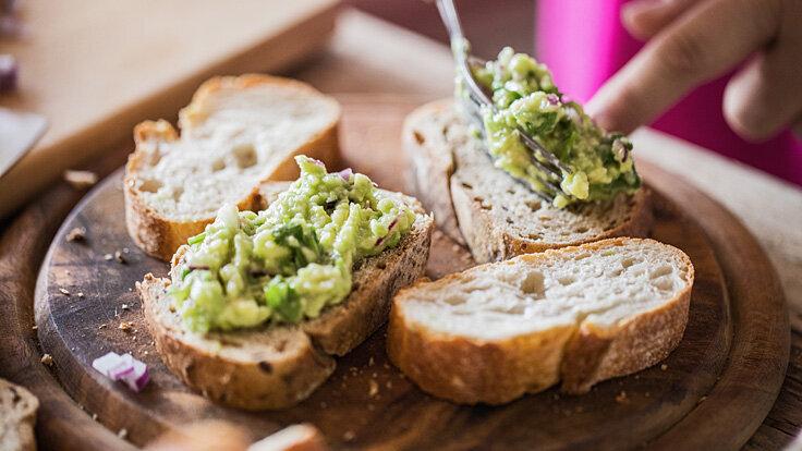 Brotaufstrich selber machen: Baguette mit selbst gemachtem Avocado-Aufstrich.