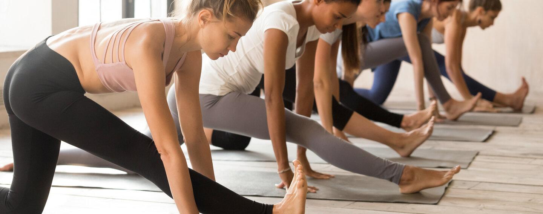 Junge Frauen beim Fitnesstraining, dabei sollte man Übungen am besten auf den eigenen Zyklus abstimmen.