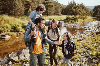 Eine Familie geht zusammen wandern.