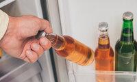 Ein Mann greift vor dem Sport zu Alkohol.