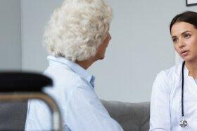 Eine Frau besucht nach ihrer Krebsdiagnose die Psychoonkologie
