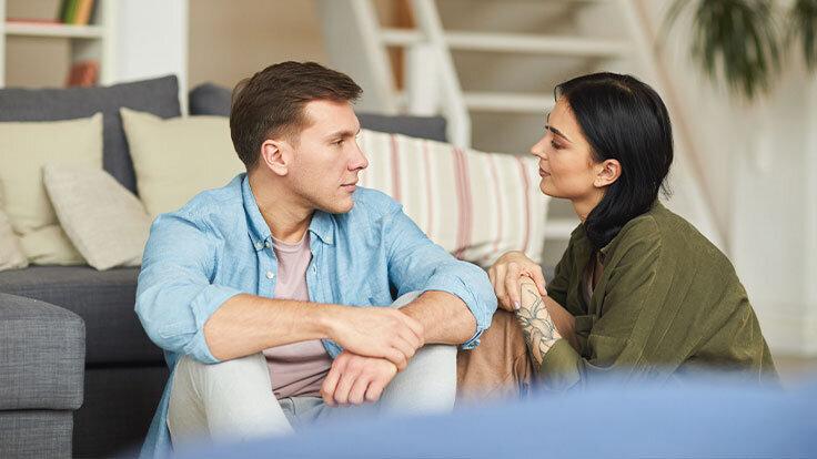 Junges Paar setzt auf die richtige Kommunikation in der Beziehung und hat sich ausgesprochen.