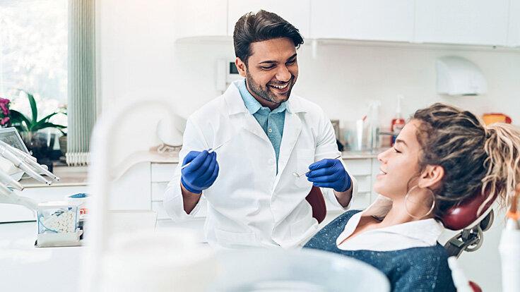 Eine junge Frau ist beim Zahnarzt.