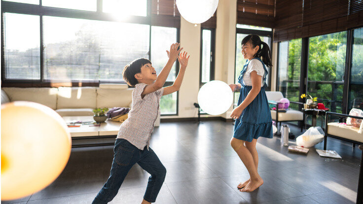 Zwei Kleinkinder spielen mit Ballons