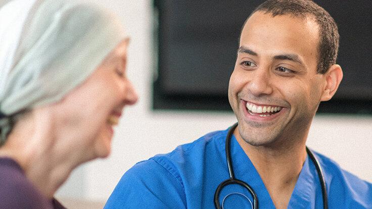 Ein Onkologe spricht mit einer Krebspatientin.