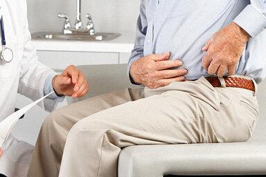 Doktor untersucht Patienten auf Leistenbruch.