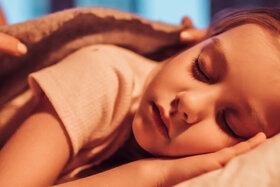 Mädchen schläft.