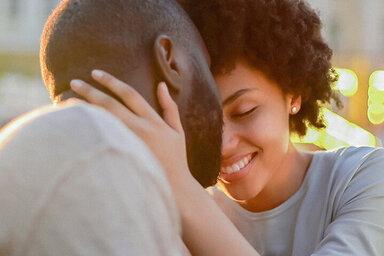 Ein Paar kuschelt miteinander und ist sich nah. Sie wissen: Kuscheln ist gesund.