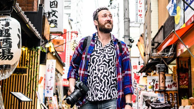 Mann alleine unterwegs auf seiner Reise in ein fremdes Land.