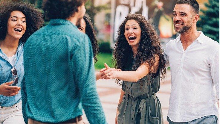 Junge Frau fühlt sich in Gruppe unangenehm berührt