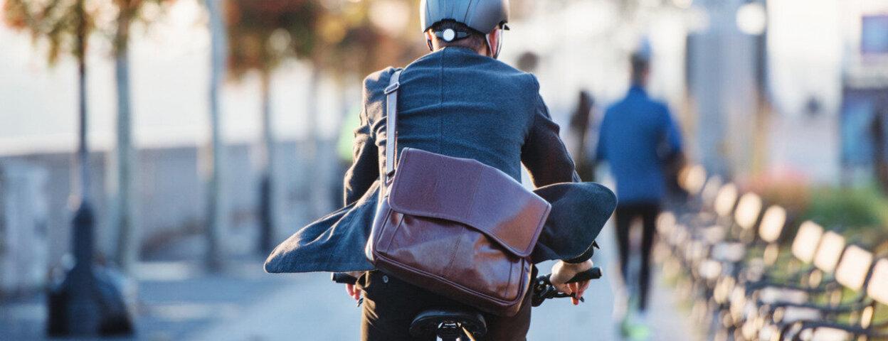 Mann fährt mit dem Fahrrad zur Arbeit.