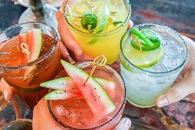 Mit den unterschiedlichste Cocktail-Alternativen wird angestoßen.
