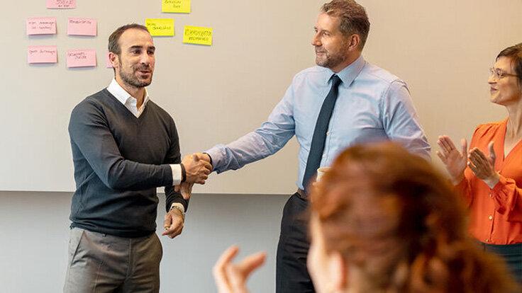 Ein Mitarbeiter bekommt Lob für seine Leistung.