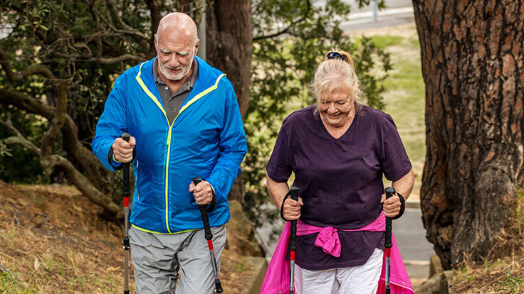 Älteres Paar macht Nordic Walking trotz Herzinsuffizienz.