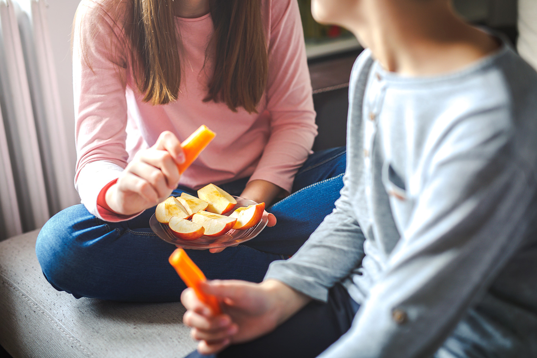 Kinder essen gesunde Snacks.